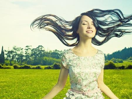 columpios: Retrato de una hermosa dama en una pradera de flores