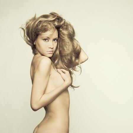 ni�a desnuda: Moda foto de mujer desnuda hermosa con el pelo magn�fico Foto de archivo