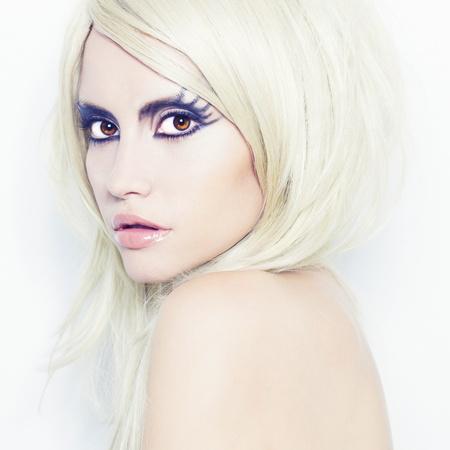 maquillaje de fantasia: La fotograf�a de moda de mujer joven y hermosa con la fantas�a de maquillaje