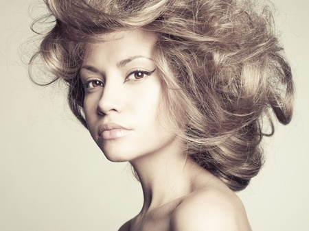 mujer rubia desnuda: Foto de mujer hermosa joven con el pelo magn�fico Foto de archivo