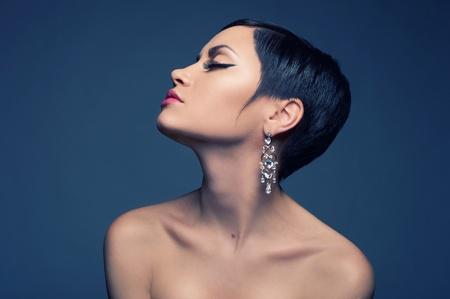 aretes: Sensual retrato de una bella dama con la pendiente del diamante Foto de archivo