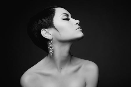 aretes: Sensual retrato de una bella dama con el pendiente del diamante