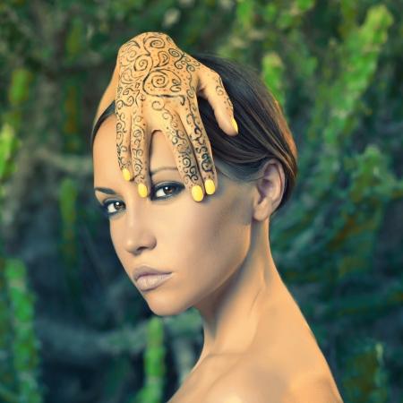tatouage sexy: Belle jeune femme avec les mains peintes mehendi
