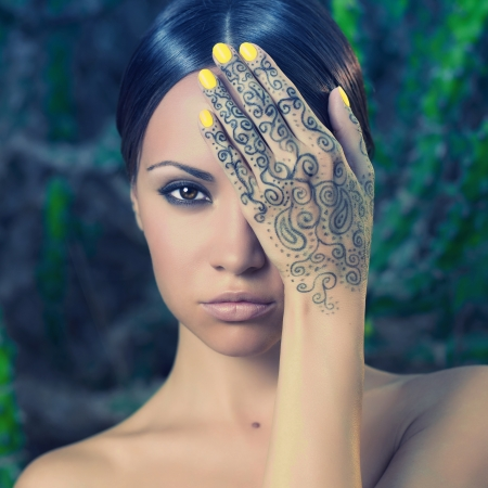 fille arabe: Belle jeune femme avec les mains peintes mehendi
