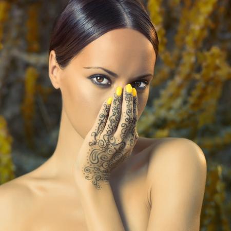 fille indienne: Belle jeune femme avec les mains peintes mehendi