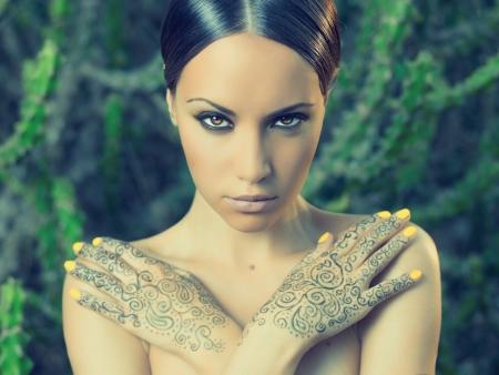 bollywood: Se�ora hermosa joven con las manos pintadas Mehendi Foto de archivo