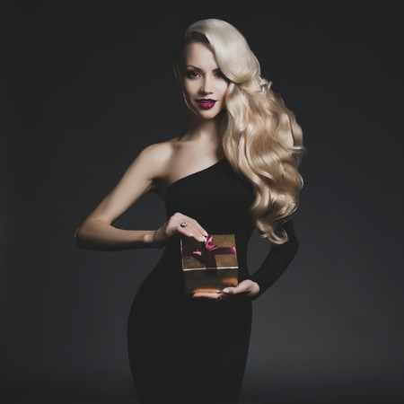 Fashion photo of luxury blonde with Christmas gift Imagens