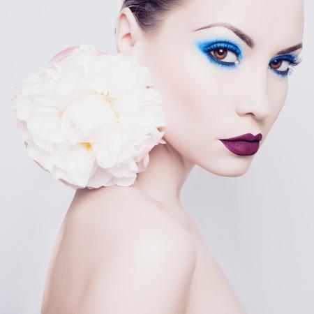 modelos desnudas: Retrato de la manera de la se�ora hermosa joven con peon�a