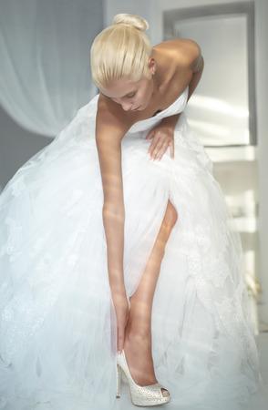 Foto de arte de una hermosa novia. Zapatos de acabado Foto de archivo - 32777313