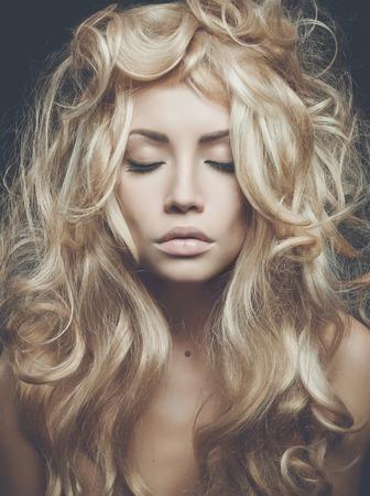 壮大なブロンドの髪と美しい女性の写真。ブロンドの髪、髪の拡張子、パーマ髪 写真素材