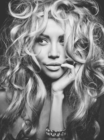 壮大なブロンドの髪と eautiful 女性の黒と白の肖像画。髪の拡張子、パーマ 写真素材