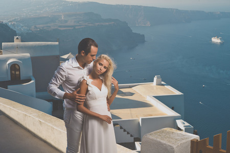 Fashion art photo of bride and groom on the seashore. Wedding Banque d'images