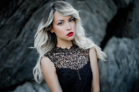 빨간 립스틱을 가진 아름 다운 여자의 패션 예술 사진