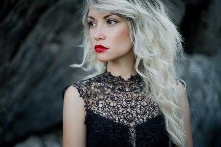 赤い口紅と美しい女性のファッション アート写真