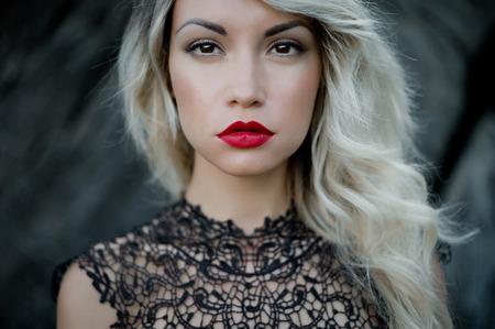 labios sensuales: Foto arte de la manera de la mujer hermosa con l�piz labial rojo Foto de archivo