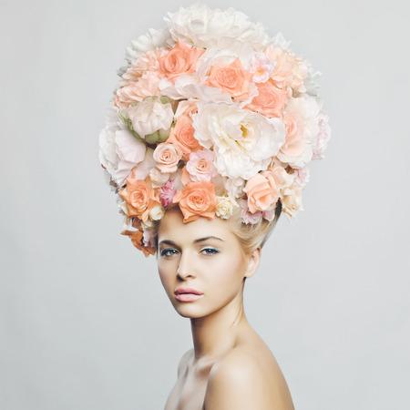 Portret van mooie vrouw met kapsel van bloemen. Mode foto