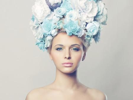 花の髪型と美しい女性の肖像画。ファッション写真
