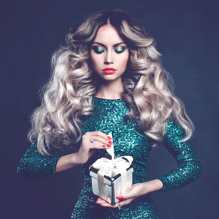 cabello rubio: Foto de moda de lujo rubia con un regalo