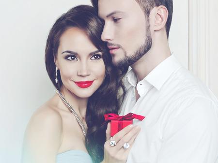 navidad elegante: Moda foto de la bella pareja romántica con el regalo