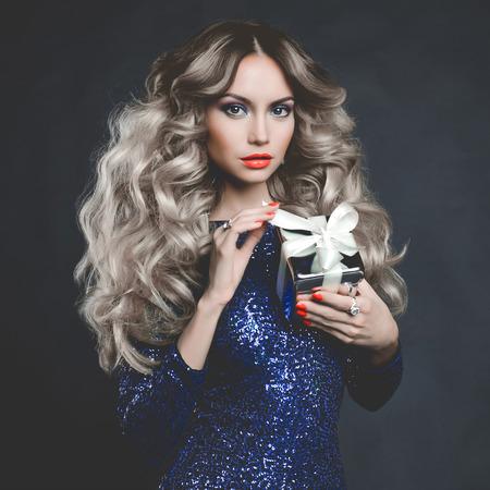 Fashion foto van luxe blonde met een cadeau