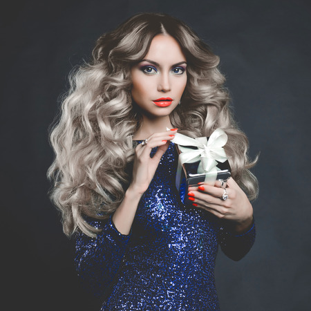 Fashion photo of luxury blonde with a gift Stock fotó