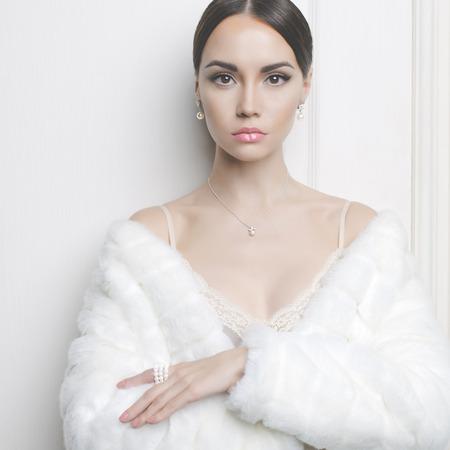 エレガントな白い毛皮のコートで美しい女性のファッション写真 写真素材