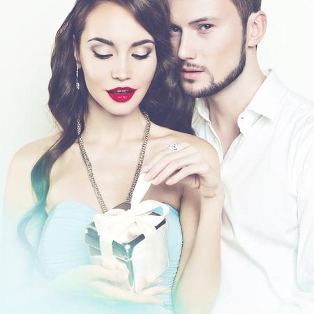 ギフトの美しいロマンチックなカップルのファッション写真