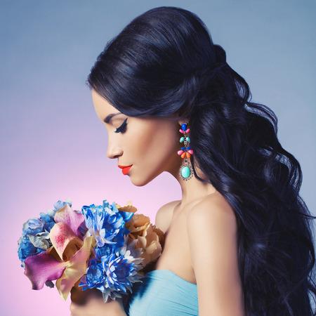 labios sensuales: Estudio de moda retrato de la hermosa mujer joven con flores. Joyas y accesorios