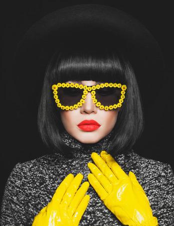 Fashion studio photo of stylish lady in hat and sunglasses Foto de archivo