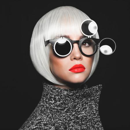 gafas de sol: Estudio de moda foto de la señora con estilo en gafas de sol Foto de archivo