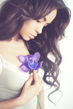 繊細な花と美しい女性のファッション芸術の肖像画 写真素材