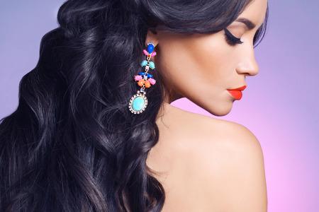 aretes: Estudio de moda retrato de mujer joven y hermosa con el pendiente. Joyas y accesorios