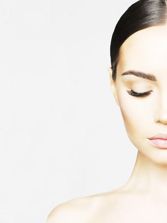아름다움: 아름 다운 젊은 여자의 흑백 초상화. 아름다움과 치료. 연장 속눈썹. 스파 살롱
