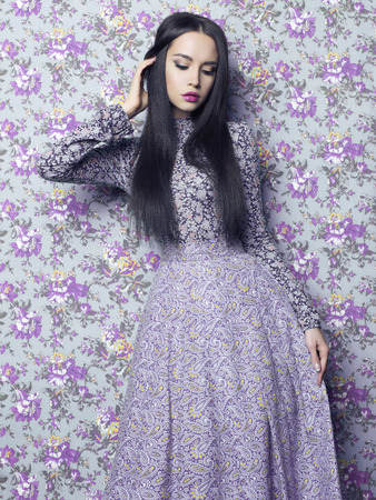 mujer bonita: Moda arte foto de la hermosa dama elegante en el fondo floral. Primavera Verano