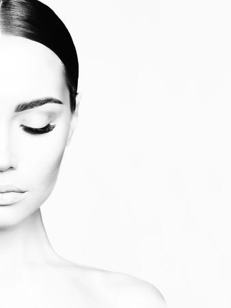 Retrato de estudio blanco y negro de hermosa mujer joven. Belleza y cuidado. Extensión de pestañas. Salón de spa