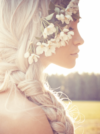 cabello: Retrato de dama romántica en una guirnalda de árboles de manzana en el jardín de verano