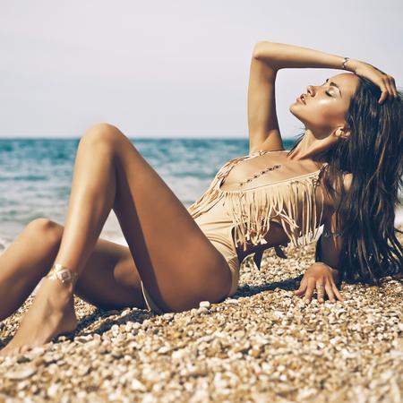mujeres eroticas: Retrato de moda al aire libre de la señora bronceada sexual en traje de baño presenta en la playa Foto de archivo
