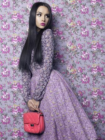 Foto di moda arte di bella signora elegante su sfondo floreale. Primavera Estate
