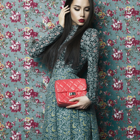 Moda arte foto de la hermosa dama elegante en el fondo floral. Primavera Verano Foto de archivo