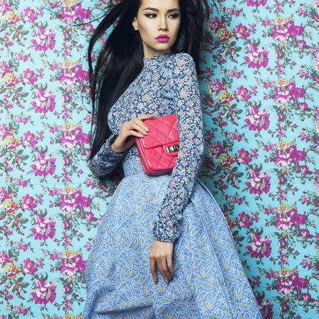 꽃 배경에 아름 다운 우아한 아가씨의 패션 예술 사진. 봄 여름