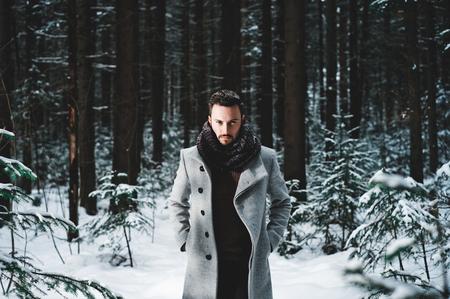 hombres negros: Retrato al aire libre del hombre hermoso en la chaqueta y la caspa. moda casual de invierno