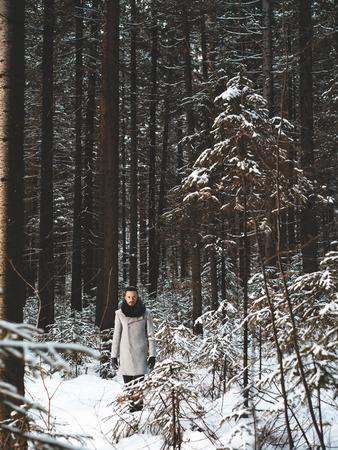 modelos hombres: Retrato al aire libre del hombre hermoso en la chaqueta y la caspa. moda casual de invierno
