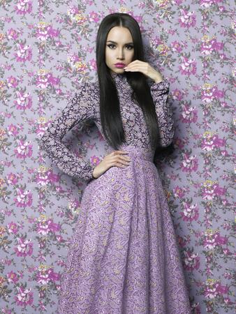 Fashion art photo of beautiful elegant Frau auf floral background. Frühling Sommer