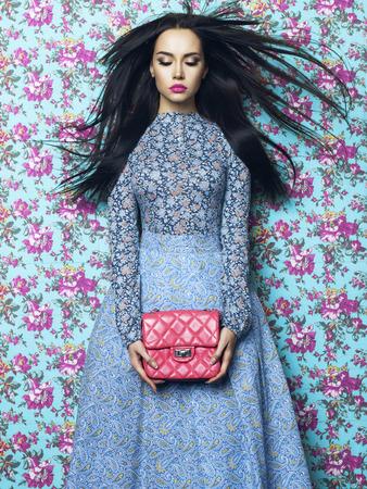 Fashion art photo of beautiful elegant Frau auf floral background. Frühling Sommer Standard-Bild