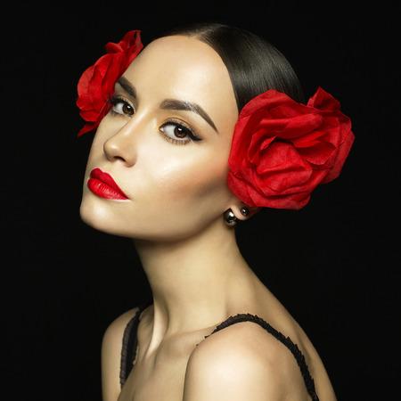 ファッション黒の背景上のイヤリングの若い美しい女性像 写真素材