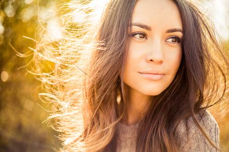 Outdoor atmosferische mode foto van jonge mooie dame in de herfstlandschap Stockfoto