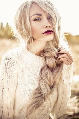 sueteres: Al aire libre foto de la manera atmosférica de la señora hermosa joven en paisaje del otoño