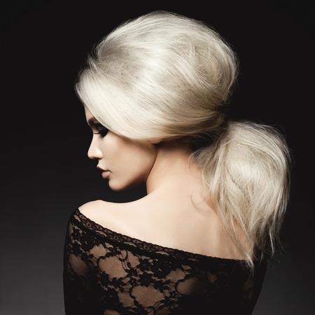 검은 배경에 우아한 헤어 스타일과 아름다운 금발의 여자의 패션 스튜디오 초상화