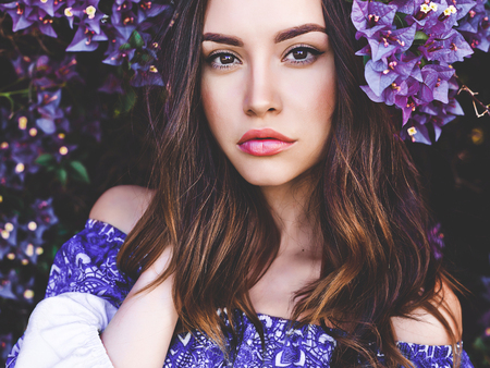 Outdoor fashion photo of beautiful young woman surrounded by flowers Banco de Imagens - 64495984