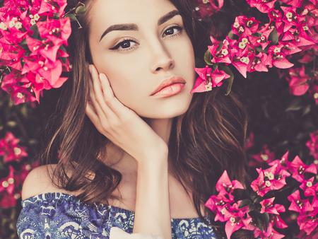 Foto de la moda al aire libre de la hermosa mujer joven rodeada de flores Foto de archivo - 75050963